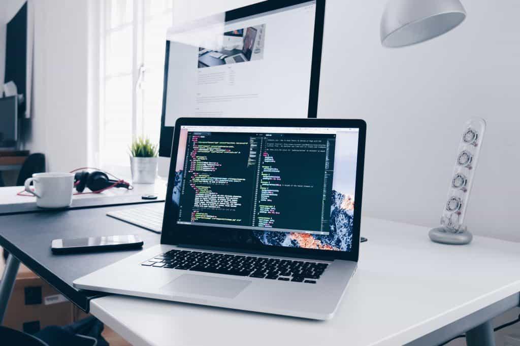 Ny hjemmeside WordPress? Skrivebord hos webdesigner med 2 skærme. René Sejling. Viborg.
