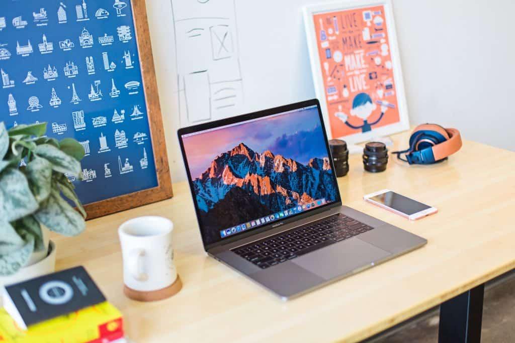 Skrivebord m. Mac. Ny hjemmeside overvejelser. WordPress webdesigner. renesejling.dk