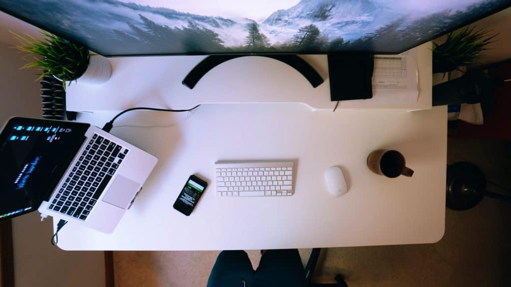 Skrivebord med mac. Professionelt website design. Har du brug for nyt webdesign. renesejling.dk.