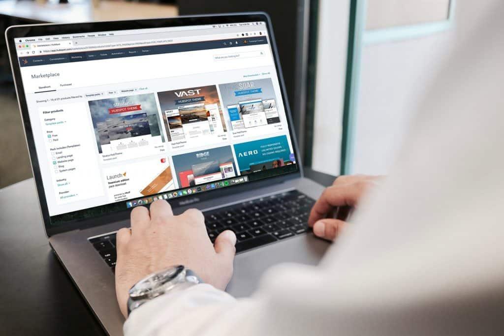 Mand på bærbar computer. Undersøger webshop priser. renesejling.dk