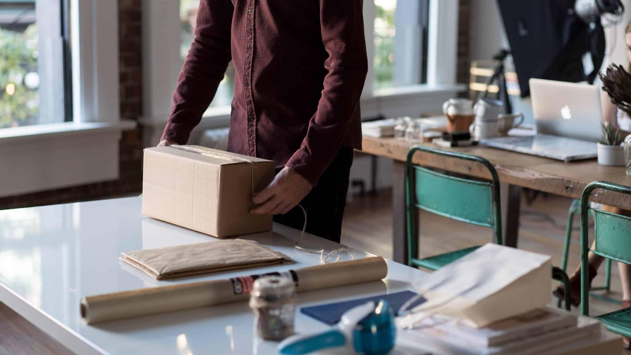 Mand pakker fragt. Daglig drift, når ved start af din egen webshop. renesejling.dk