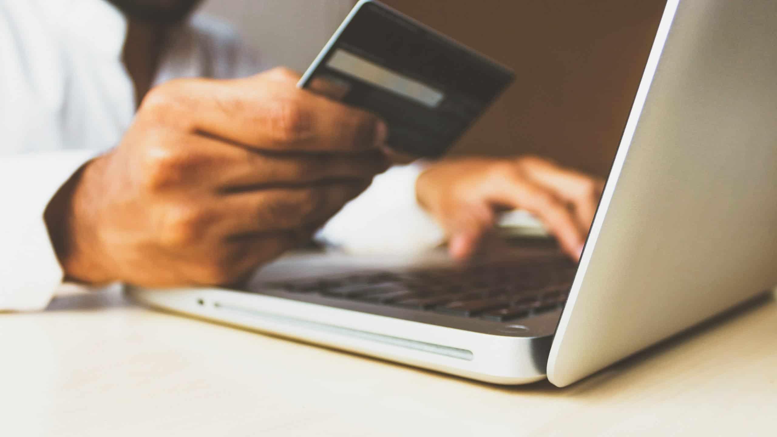 Mand m. kreditkort på pc. Starte webshop. Trin for trin guide. v. renesejling.dk